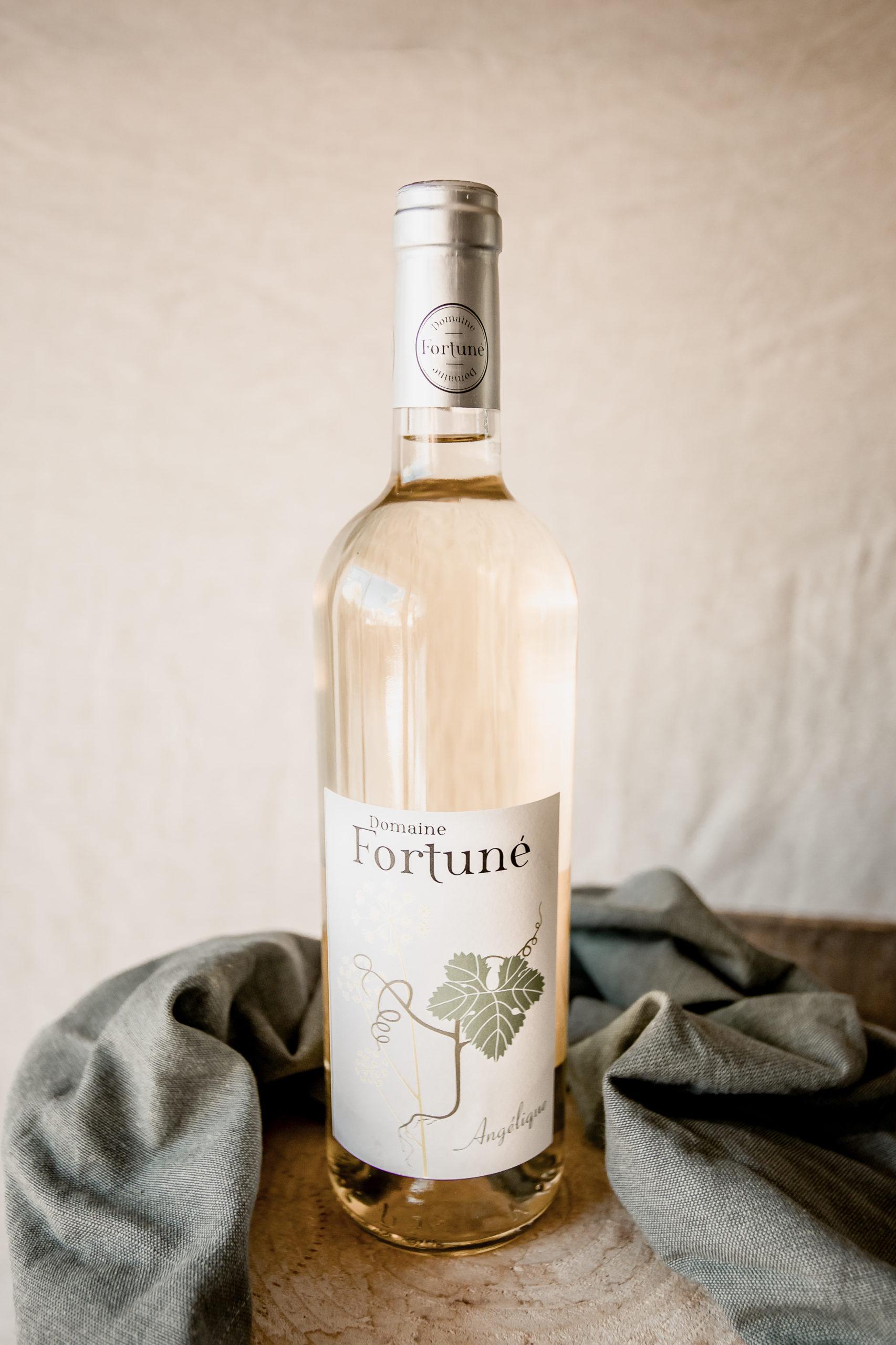 Vin bio blanc Angélique : bouteille et verre de vin